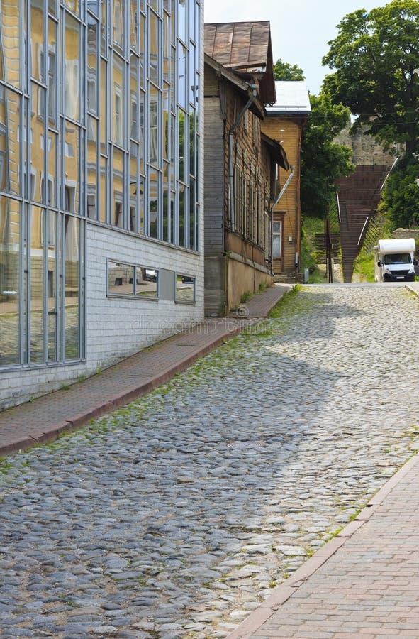 Ny modern byggnad och gamla träarkitekturbyggnader arkivbilder