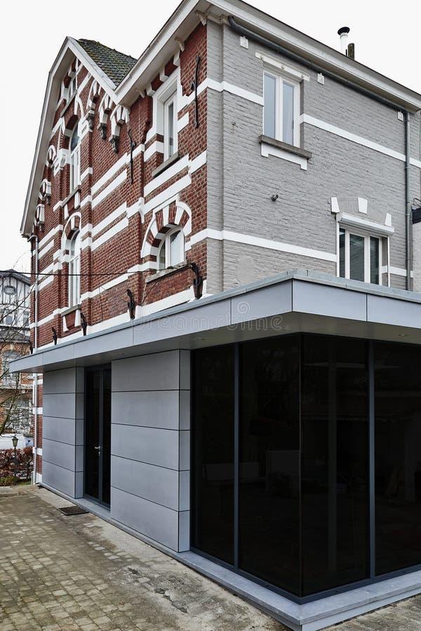 Ny modern förlängning av ett hus royaltyfria bilder