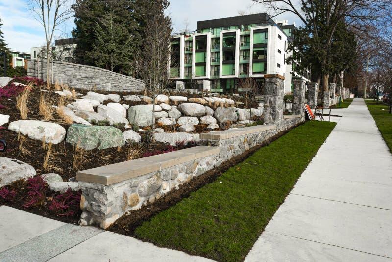 Ny modern lägenhetskomplex Europeiskt hyreshuskomplex med utomhus- lättheter arkivbild