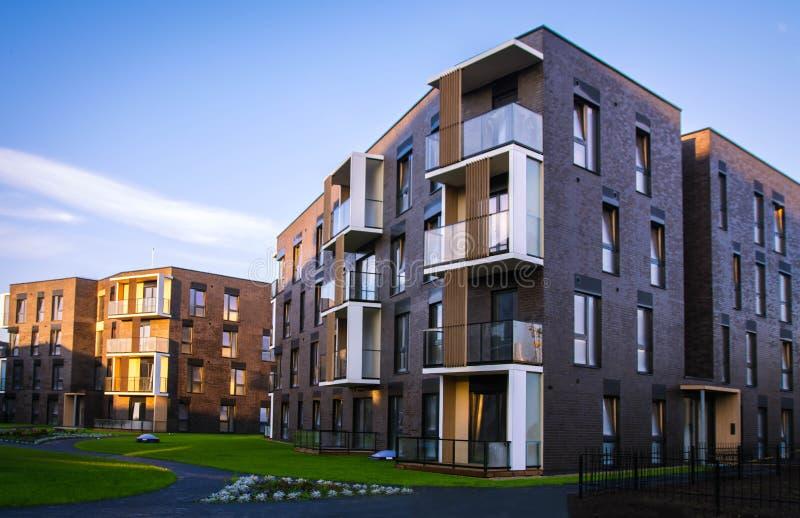 Ny modern lägenhetskomplex i Vilnius, Litauen, europeiskt byggnadskomplex för modern låg löneförhöjning med utomhus- lättheter royaltyfri foto