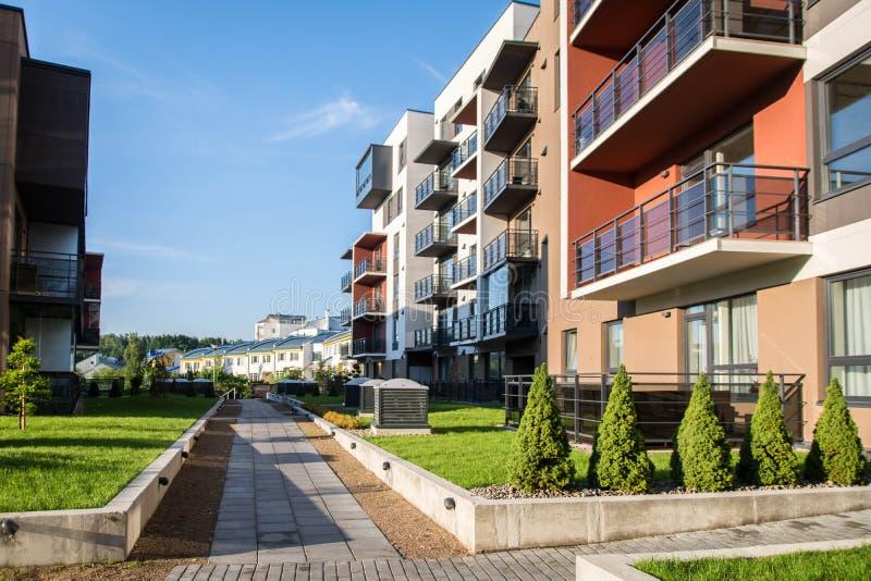 Ny modern lägenhetskomplex i Vilnius, Litauen, europeiskt byggnadskomplex för modern låg löneförhöjning med utomhus- lättheter arkivbilder