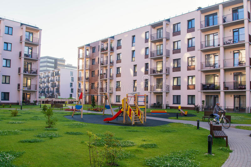 Ny modern lägenhetskomplex i Vilnius, Litauen, europeiskt byggnadskomplex för modern låg löneförhöjning med utomhus- lättheter Fl fotografering för bildbyråer