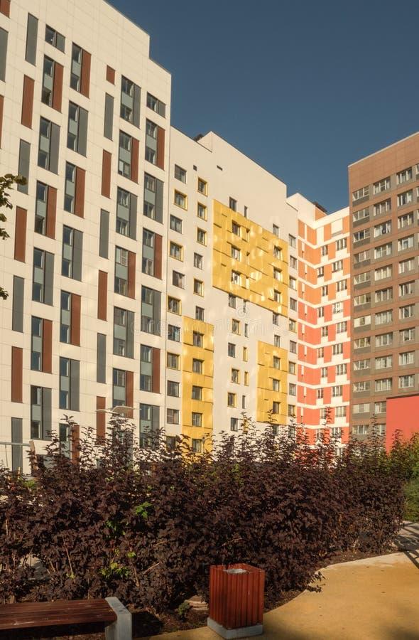 Ny modern låg löneförhöjninglägenhetskomplex moscow russia fotografering för bildbyråer
