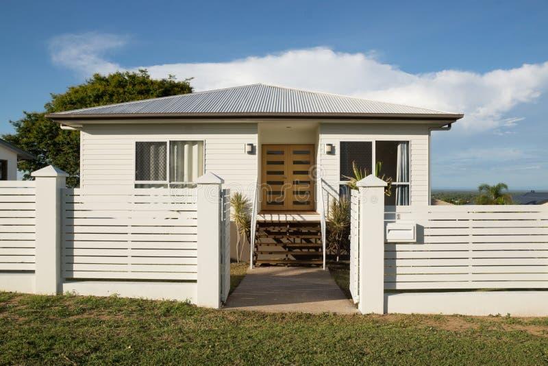 Ny modern modern husyttersida med staketet och ytterdörren arkivfoto