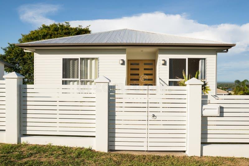 Ny modern modern husyttersida med staketet och ytterdörren arkivbild