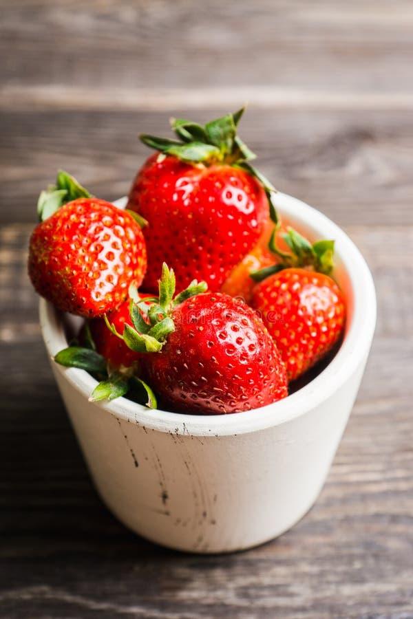 Ny mogen jordgubbe p arkivfoto