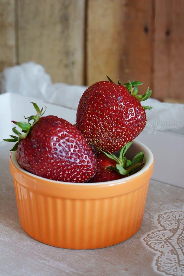 ny mogen jordgubbe Säsongsbetonat bär Frukost mellanmål royaltyfri fotografi