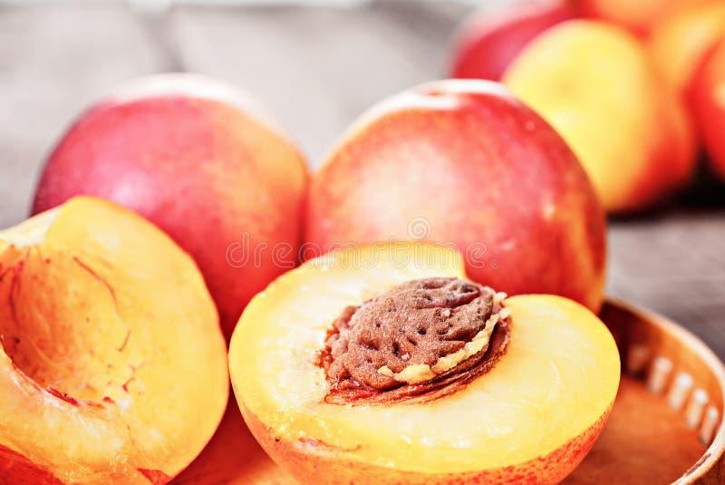 Ny mogen nektarinpersikafrukt, kantjusterar lantlig bakgrund arkivfoto