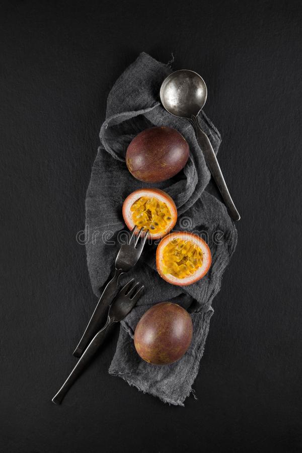 Ny mogen passionfrukt på en servett och kritiserar plattaköksbordet royaltyfri fotografi