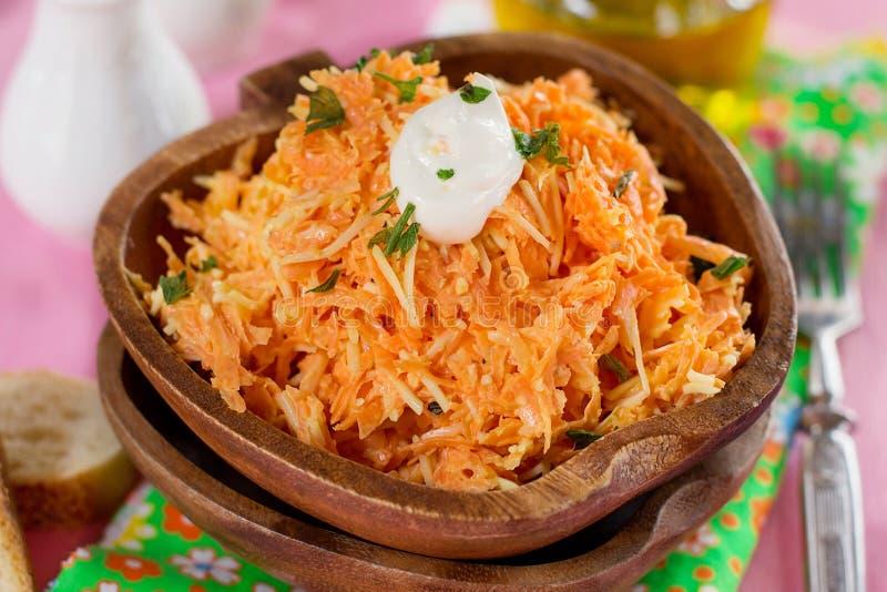 Ny morotsallad med grated morötter, grated ost och mayonn arkivbilder