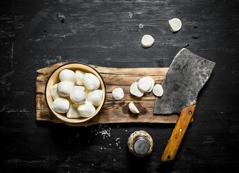 Ny mozzarella med en handyxa för att klippa fotografering för bildbyråer