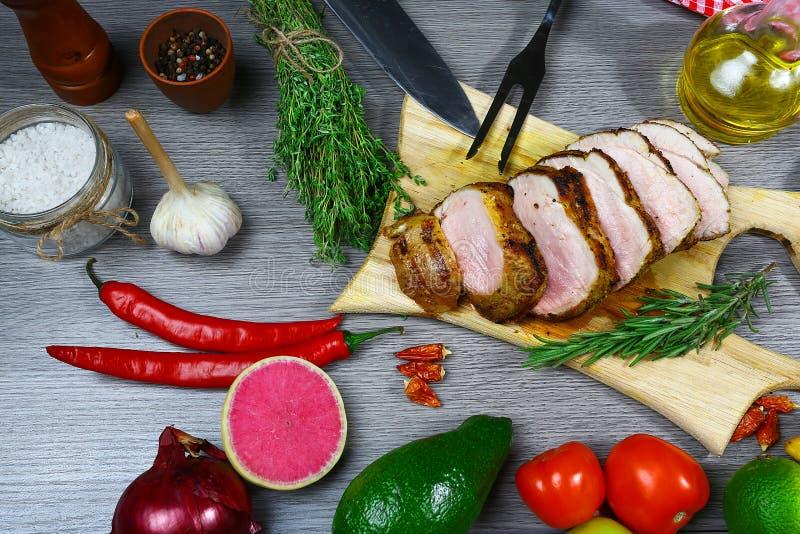 Ny nötköttbiff och aromatiska örter, kryddor och grönsaker för att laga mat, på lantlig bakgrund, den bästa sikten, ram royaltyfria bilder