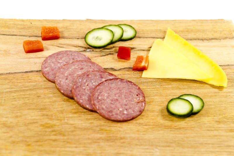 Ny nötköttsalami med paprikakuber och ost arkivfoto