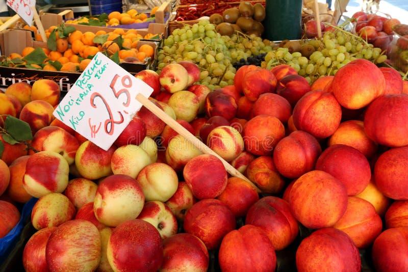 Ny nektarin, persika, aprikos som är till salu på den Rialto marknaden, Venedig, Italien arkivfoton