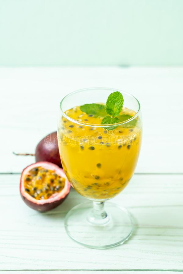ny och med is passionfruktfruktsaft royaltyfria foton