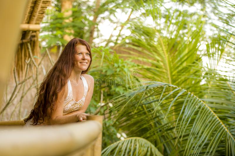 Ny och naturlig st?ende f?r livsstil av den unga h?rliga och lyckliga r?da h?rkvinnan som ler gladlynt och bekymmersl?s tyckande  royaltyfri foto