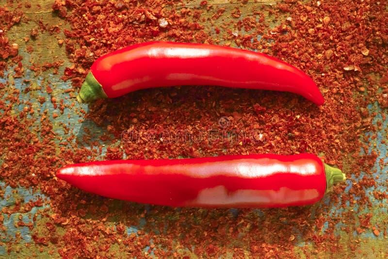 Ny och torkad pudrad krydda för glödhet chilikajennpeppar, rea royaltyfria bilder