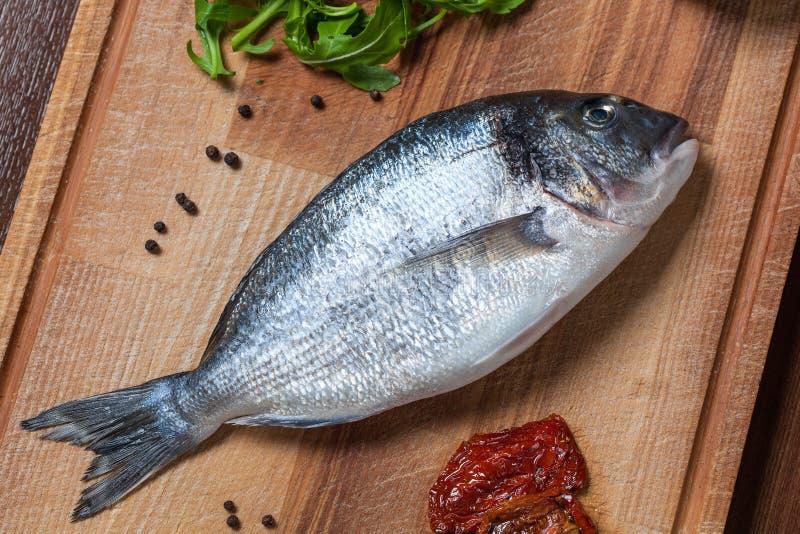Ny okokt doradofisk med ingredienscloseupen royaltyfri foto