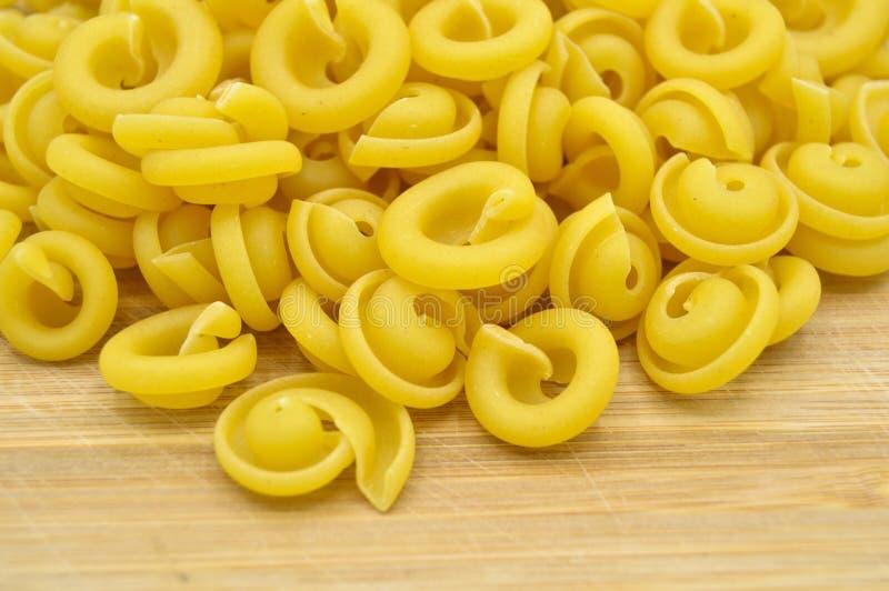 Ny okokt guld- kul?r pasta royaltyfria bilder