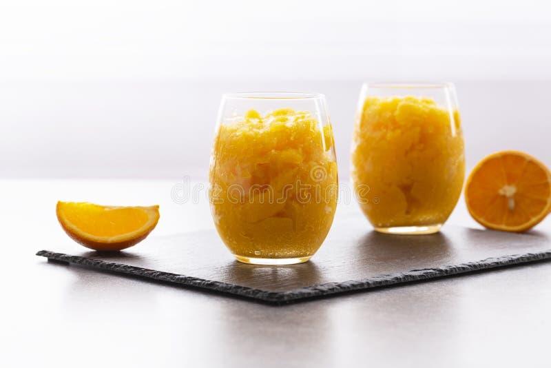 Ny orange citrus sorbet som garneras med mintkaramellen - traditionell kall efterr?tt royaltyfria bilder