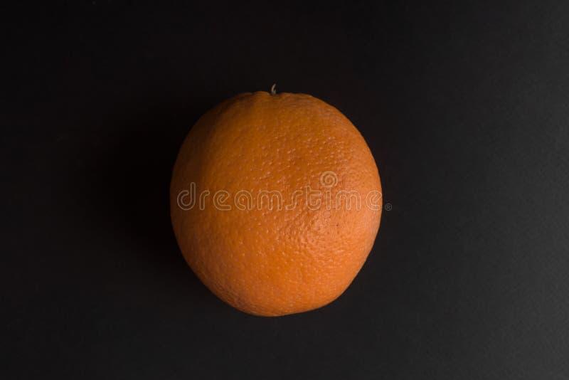 Ny orange frukt som isoleras över svart royaltyfri fotografi