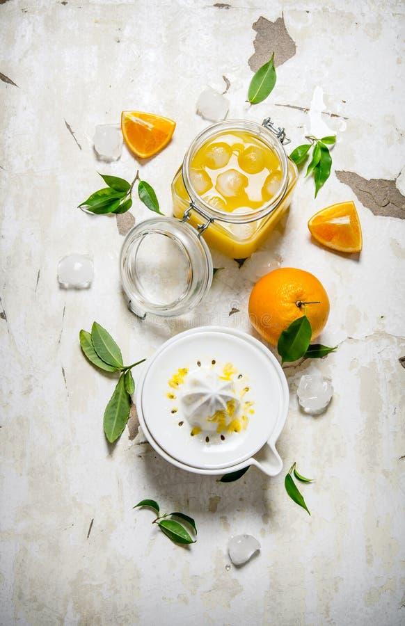 Ny orange fruktsaft med is, royaltyfri foto