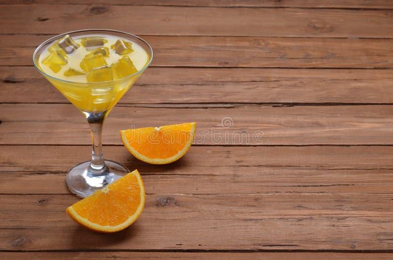 Ny orange fruktsaft med iskuber, utrymme för text på en träta royaltyfri fotografi