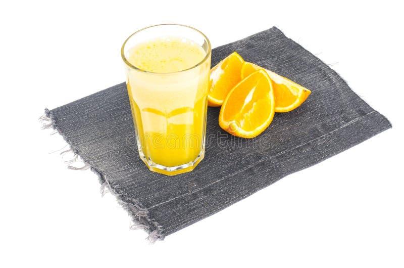 Ny orange fruktsaft med trämassa, sund mat royaltyfria foton