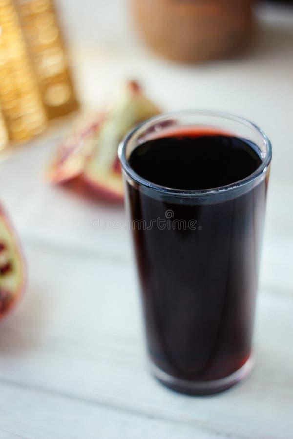 Ny organisk fruktsaft som göras från granatäpplefrö royaltyfria foton
