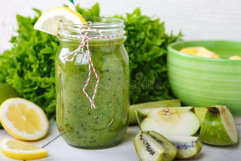 Ny organisk grön smoothie med sallad, äpple, gurka, pineap arkivbild
