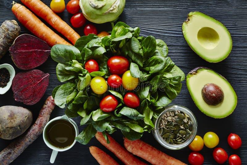 Ny organisk sallad med avokadorödbetamorötter och tomater arkivbilder