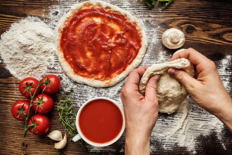 Ny original- italiensk rå pizzaförberedelse royaltyfria bilder