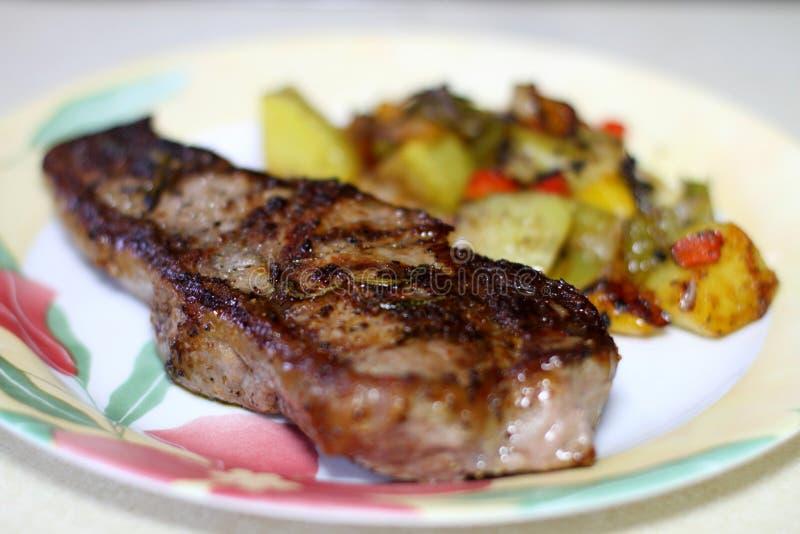 NY paska stek z grulami na talerzu fotografia stock