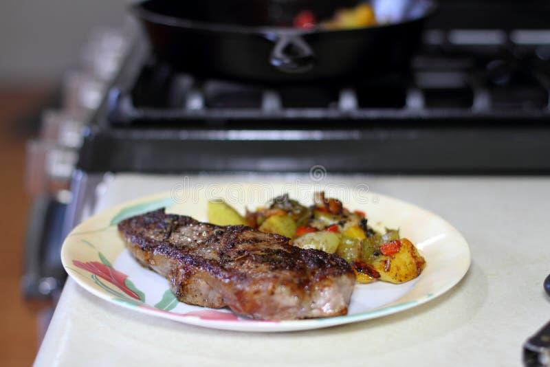 NY paska stek z grulami na talerzu obrazy stock