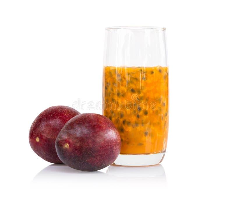 Ny passionfruktfruktsaft i exponeringsglas med det gr?na bladet som isoleras p? vit bakgrund, sunt begrepp f?r frukt royaltyfri bild