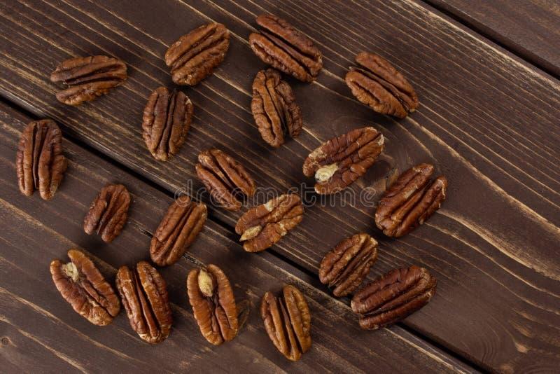 Ny pecannötmutter på brunt trä arkivbilder