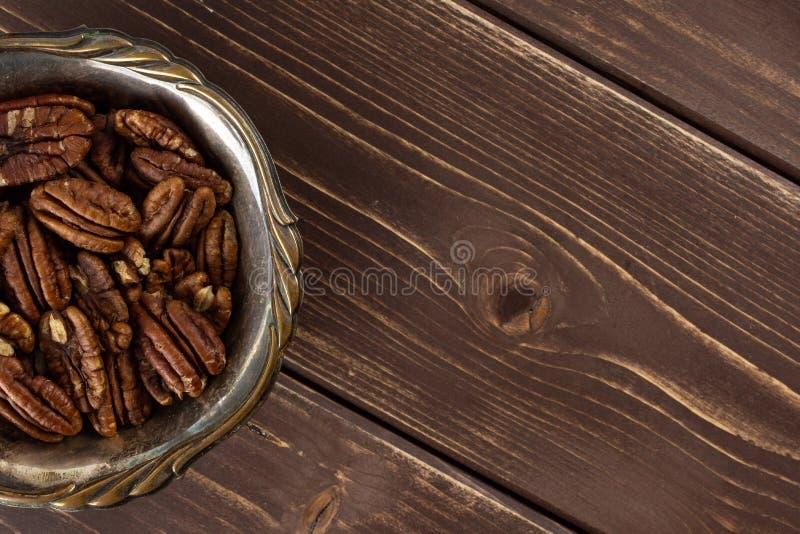 Ny pecannötmutter på brunt trä arkivbild