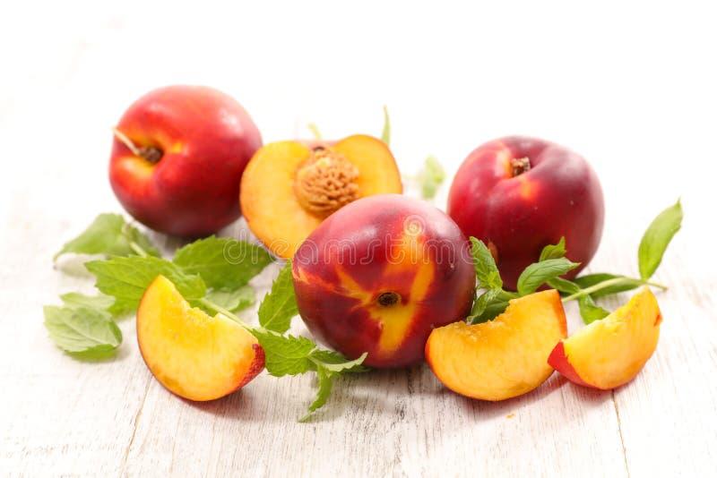 Ny persika och mintkaramell arkivfoton