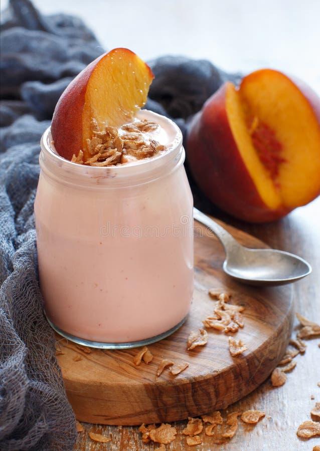 Ny persika och yoghurt royaltyfri bild