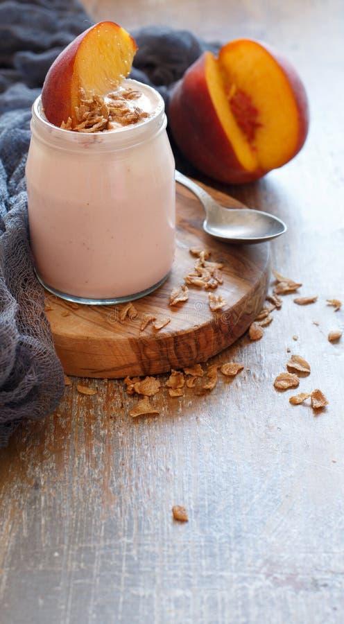 Ny persika och yoghurt royaltyfri fotografi