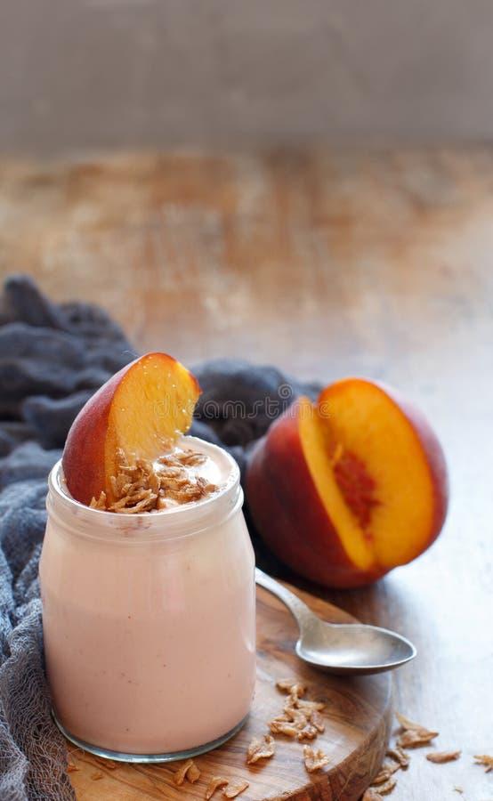 Ny persika och yoghurt royaltyfria foton