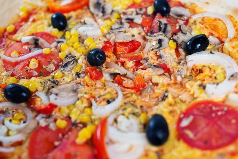 Ny pizza för bästa sikt med tomater, ost och champinjoner royaltyfri fotografi