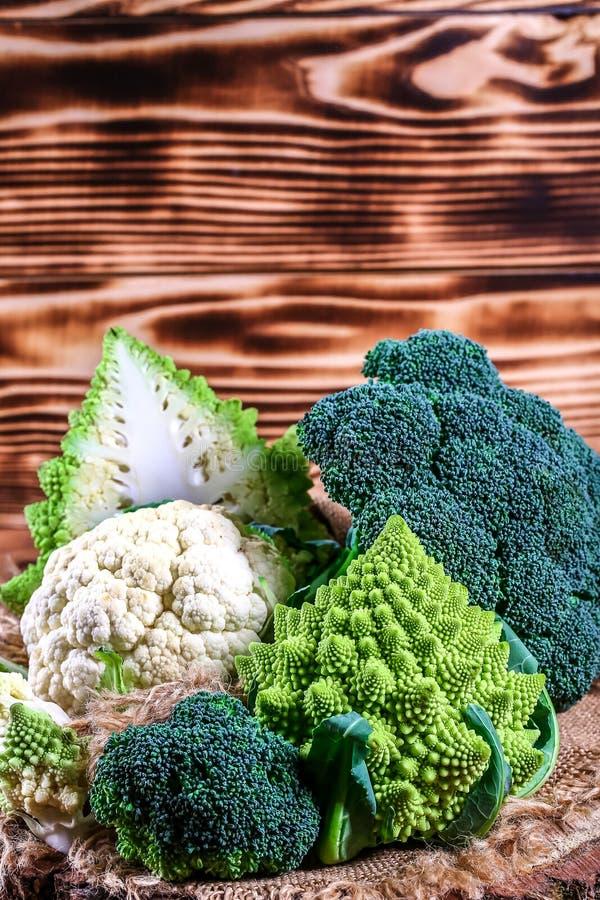 Ny rå grön broccoli på träbakgrund, autentisk livsstilbild Låg-kalori näringsrika produkter royaltyfri bild