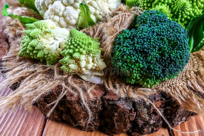 Ny rå grön broccoli på träbakgrund, autentisk livsstilbild Låg-kalori näringsrika produkter Lekmanna- lägenhet Top beskådar arkivfoto