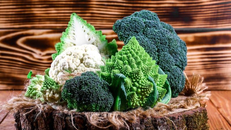 Ny rå grön broccoli på träbakgrund, autentisk livsstilbild Låg-kalori näringsrika produkter Lekmanna- lägenhet Top beskådar arkivbild