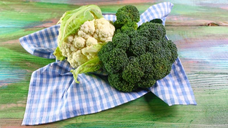 Ny rå grön broccoli på träbakgrund, autentisk livsstilbild Låg-kalori näringsrika produkter Lekmanna- lägenhet Top beskådar royaltyfri foto