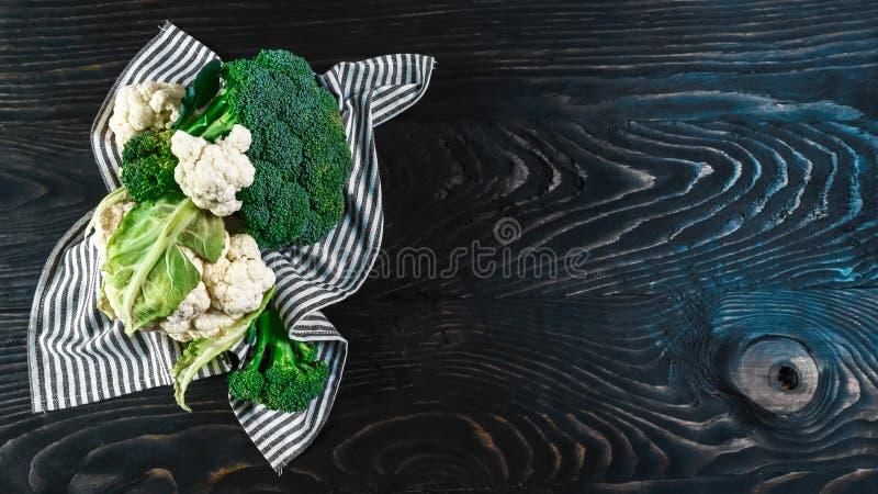 Ny rå grön broccoli på träbakgrund, autentisk livsstilbild Låg-kalori näringsrika produkter Lekmanna- lägenhet Top beskådar royaltyfri fotografi