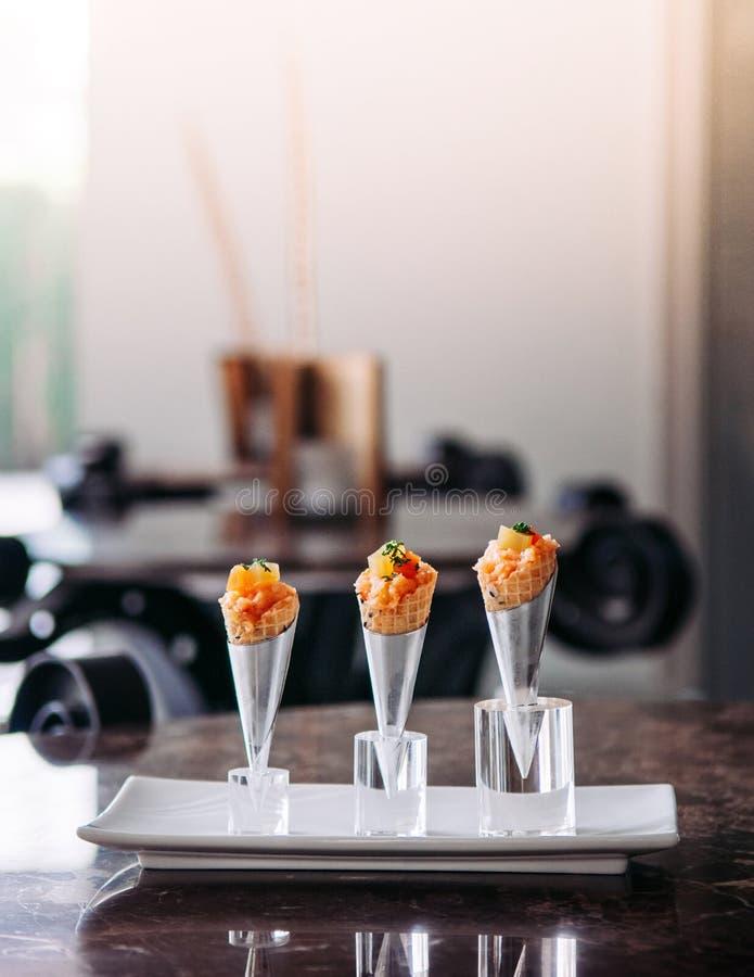 Ny rå jouicy Salmon Tartare med tomaten i modern idérik kokkonst för mini- dillandekottar arkivfoto
