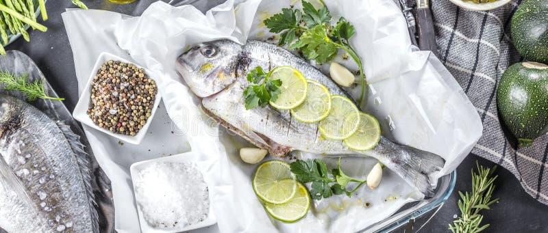Ny rå matlagning för fisk för havsbraxen på svart stencountertop, bästa sikt royaltyfri bild