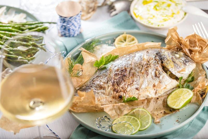Ny rå matlagning för fisk för havsbraxen på svart stencountertop, bästa sikt fotografering för bildbyråer